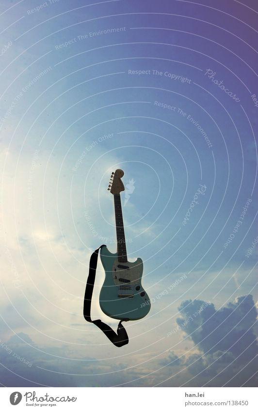 Luftgitarre Himmel blau Wolken Ferne Freiheit Luft Musik fliegen frei violett Rockmusik skurril Gitarre werfen Musikinstrument Ton