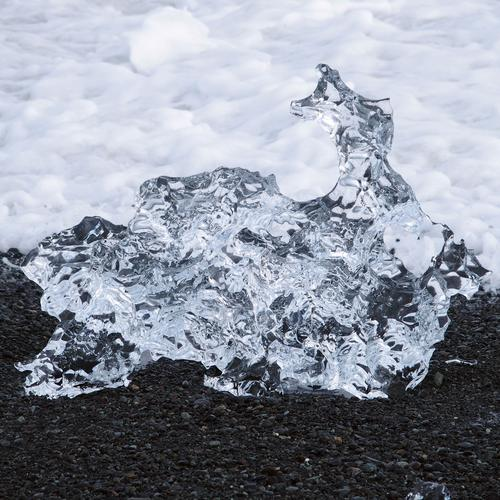 Kristalleis Natur Urelemente Erde Wasser Strand Meer Nordatlantik Lavastrand Sand ästhetisch glänzend kalt natürlich schwarz silber Vergänglichkeit