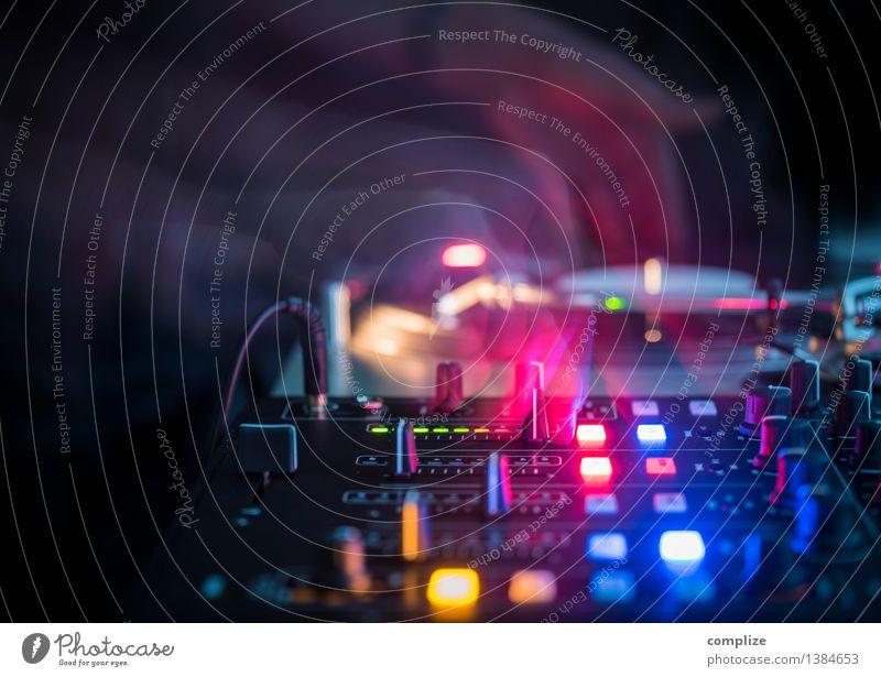 DJ with Turntable in a Club Freude Feste & Feiern Party liegen Musik Technik & Technologie Tanzen Computer Show Gastronomie Veranstaltung Bühne Disco Künstler