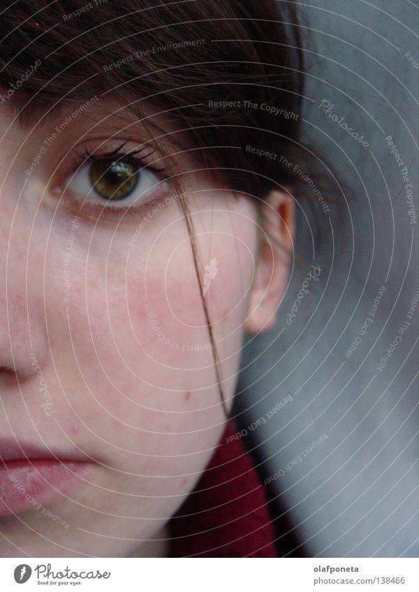 halb Frau Wange grau rot rosa süß Freundlichkeit Porträt nah Trauer ruhig Gesicht Auge Haare & Frisuren Mund Nase Ohr Linie Traurigkeit Blick Gefühle