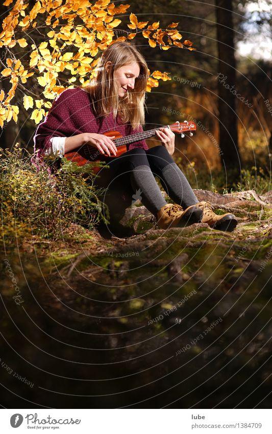 Kylee mit Ukulele III Glück harmonisch Wohlgefühl Zufriedenheit Erholung ruhig Meditation Junge Frau Jugendliche Musik Musik hören Konzert Gitarre Herbst Wald