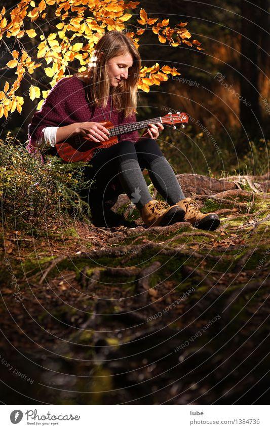 Kylee mit Ukulele IV harmonisch Wohlgefühl Zufriedenheit Erholung ruhig Meditation Junge Frau Jugendliche Kunst Künstler Musik Musik hören Konzert Gitarre