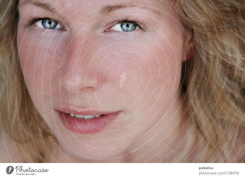 shining mel Jugendliche Porträt Frau schön attraktiv Haare & Frisuren Schminke Gesicht nah Wimpern Kosmetik blond Wellen lockig zart rein Vertrauen Kopf Mensch