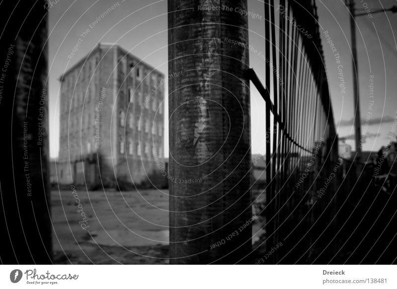 Restricted Area Haus Gebäude Fabrik Gelände Ruine labil gefährlich kaputt Sperrzone stagnierend Klotz Block Fundament Zaun bedrohlich dunkel veraltet Industrie