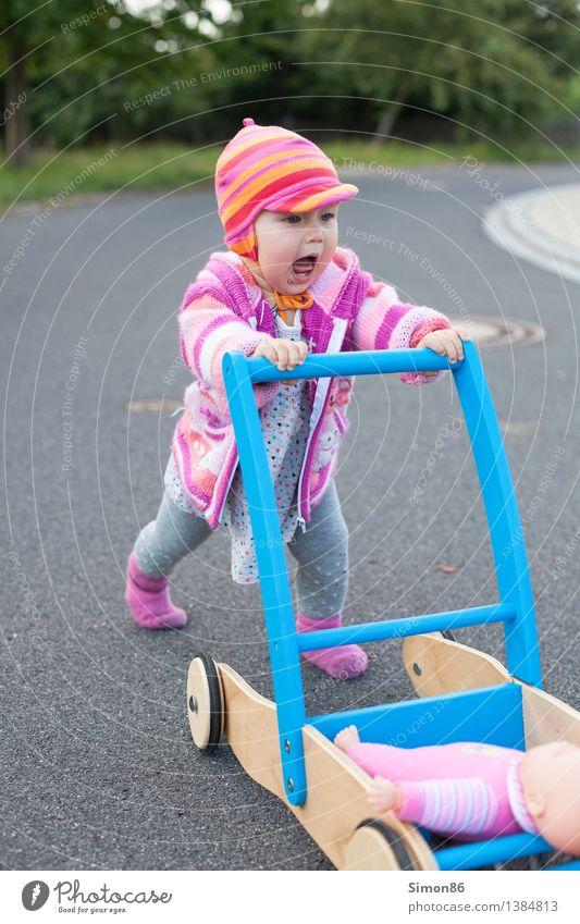 Weg da.....! Mensch feminin Baby Kleinkind Mädchen 1 0-12 Monate laufen schreien sportlich Gefühle Stimmung Puppe Laufwagen Straße Farbfoto Außenaufnahme