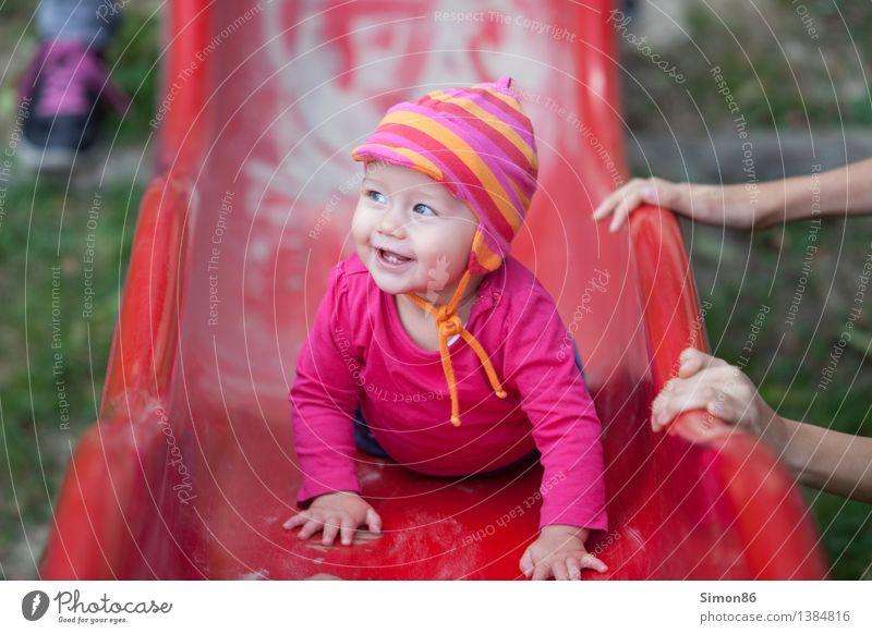 Rote Rutsche Mensch Kind Freude Mädchen Leben Gefühle feminin Glück Stimmung Zufriedenheit Kindheit Fröhlichkeit Baby Lebensfreude Kleinkind positiv