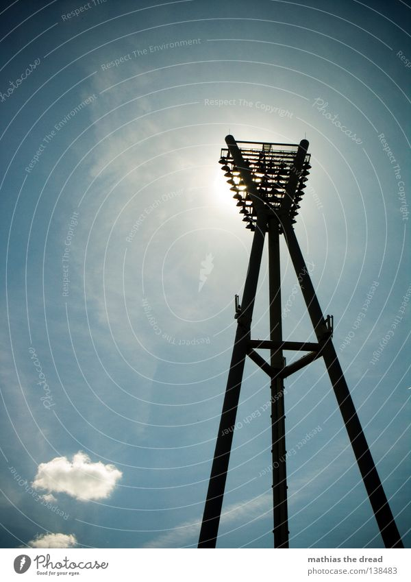 FLUTLICHT Himmel weiß Sonne blau Sommer schwarz Wolken Metall Wetter 3 Elektrizität Macht Stahl Schönes Wetter Scheinwerfer Pfosten