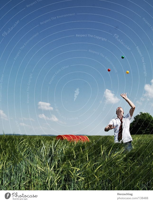 Jongliert jonglieren rot gelb grün rund Hand Krawatte Feld Wolken Sommer Ball blau Freude Farbe Kugel Himmel Elektrizität Clown