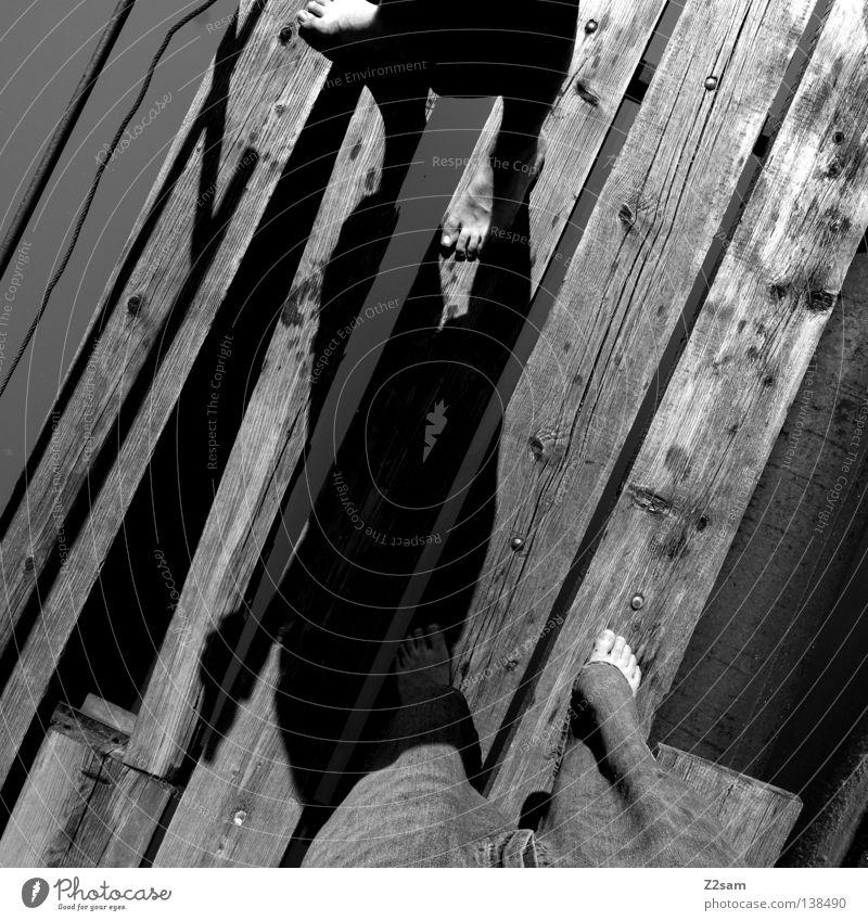 zweisam Erholung See Steg Holzbrett stehen Mann maskulin Freizeit & Hobby glänzend standhaft Freundschaft Schwarzweißfoto Wasser Fuß Beine Mensch dachau