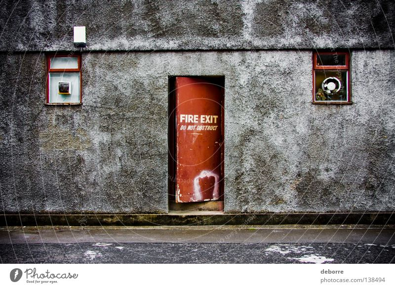 FIRE EXIT - Do Not Obstruct ! Brand Ausgang Wand rot grau Gasse verfallen Warnhinweis Warnschild exit door Tür red grey Straße street alley backalley schäbig