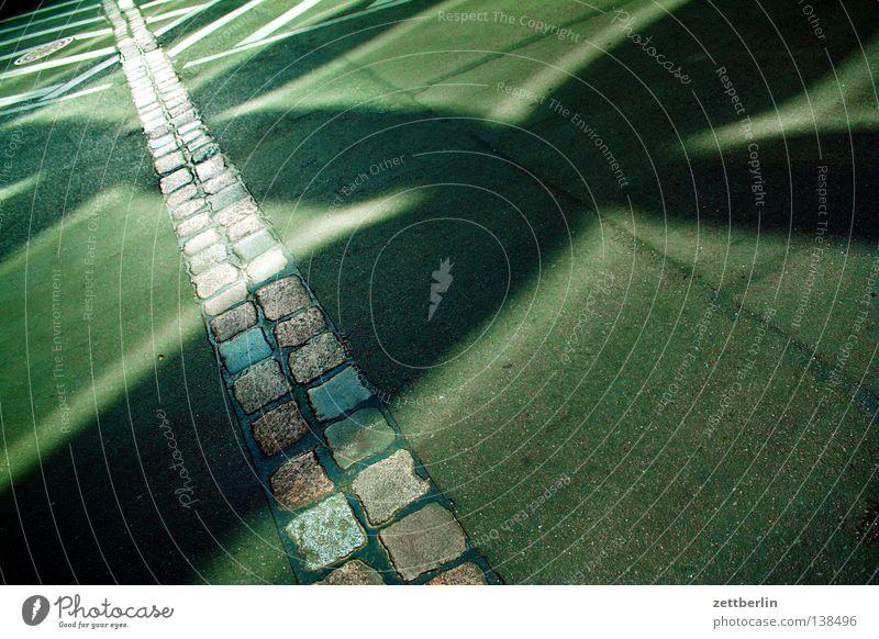 Koch Mauer Berliner Mauer Sehenswürdigkeit Sightseeing Ankunft Asphalt Reflexion & Spiegelung Fenster Fensterscheibe Wahrzeichen Denkmal Verkehrswege