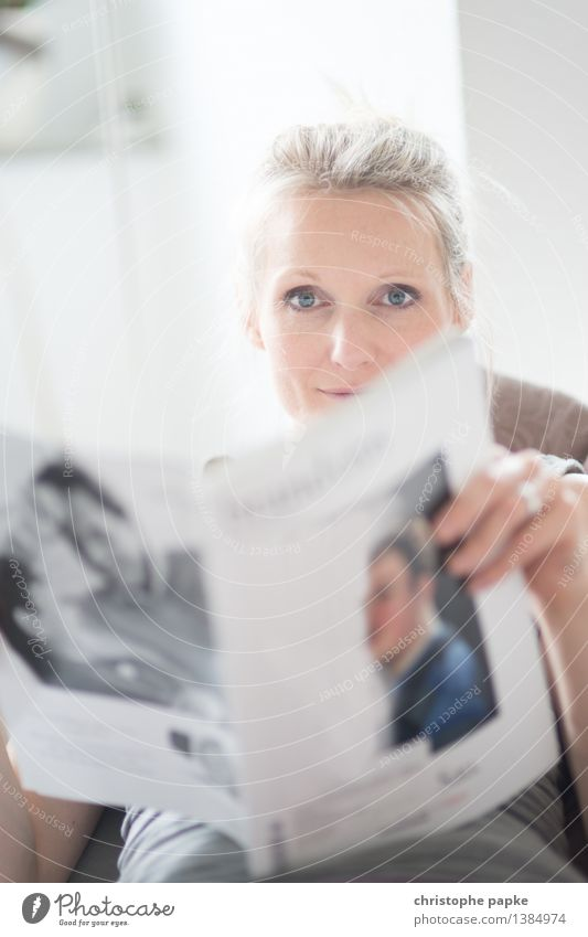 stay informed Mensch Frau Jugendliche schön Junge Frau Erholung Erwachsene feminin Wohnung Häusliches Leben Freizeit & Hobby blond lesen Medien Zeitung Wohnzimmer