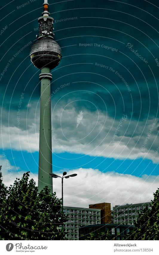 Hauptstadtphallus Alexanderplatz Mitte Berlin Osten Gebäude Bauwerk Wahrzeichen Wolken dunkel Deutsche Telekom Wolkendecke Unwetter Sturm ungemütlich Denkmal