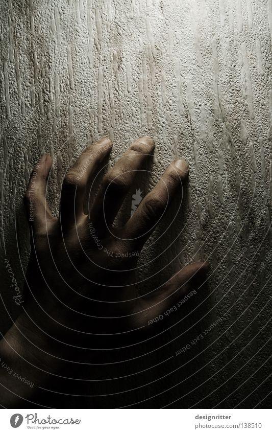 Schattendasein Hand Einsamkeit dunkel Tod Wand Gefühle Traurigkeit Lampe Kraft Angst liegen Haut hoch verrückt Finger Suche
