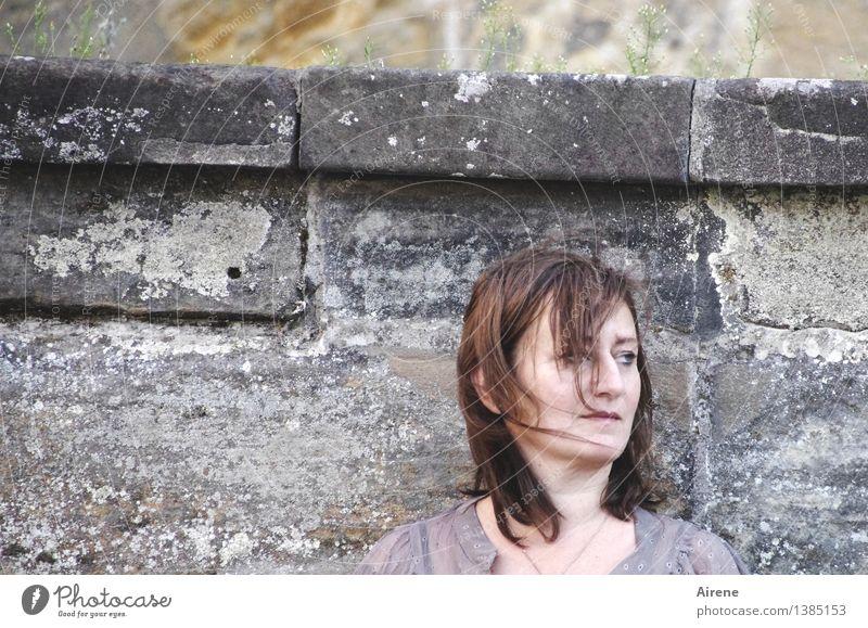 0815 AST | nicht ganz geheuer Mensch feminin Frau Erwachsene Kopf Haare & Frisuren Gesicht Mauer Wand Stein beobachten Denken dunkel Neugier braun grau Angst