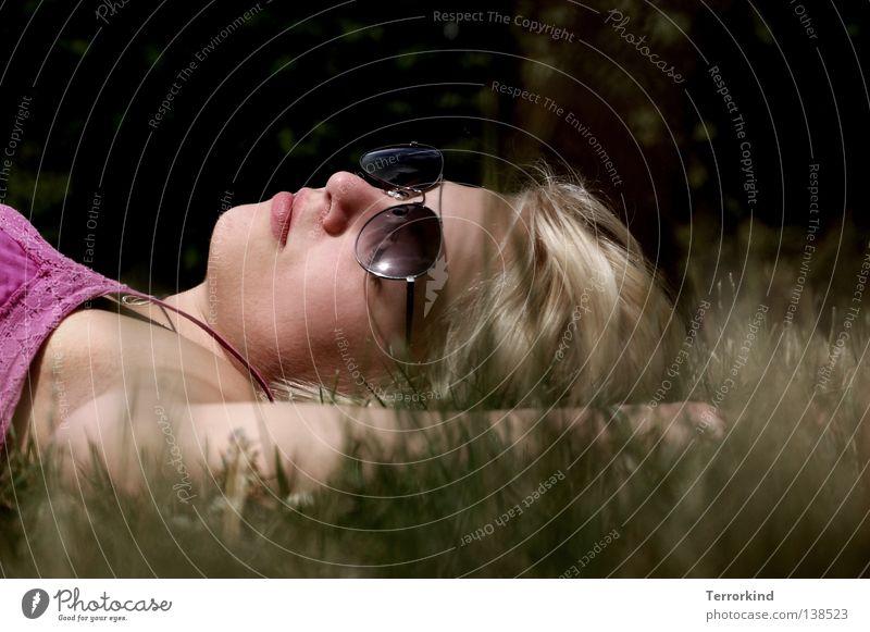 jetzt.bist.du.mir.egal. Wäsche Sonnenstrahlen verstrahlt Sommer Palme Gras Wiese Park Gärtner geschlossene Augen träumen Brille Sonnenbrille Kleid Frau