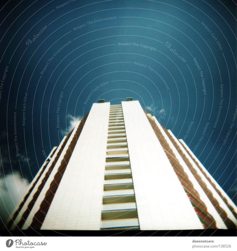 Babylon Neu. Himmel Gebäude Architektur Hochhaus Fassade modern trist Balkon Leipzig eckig Mittelformat Rollfilm Betonwand
