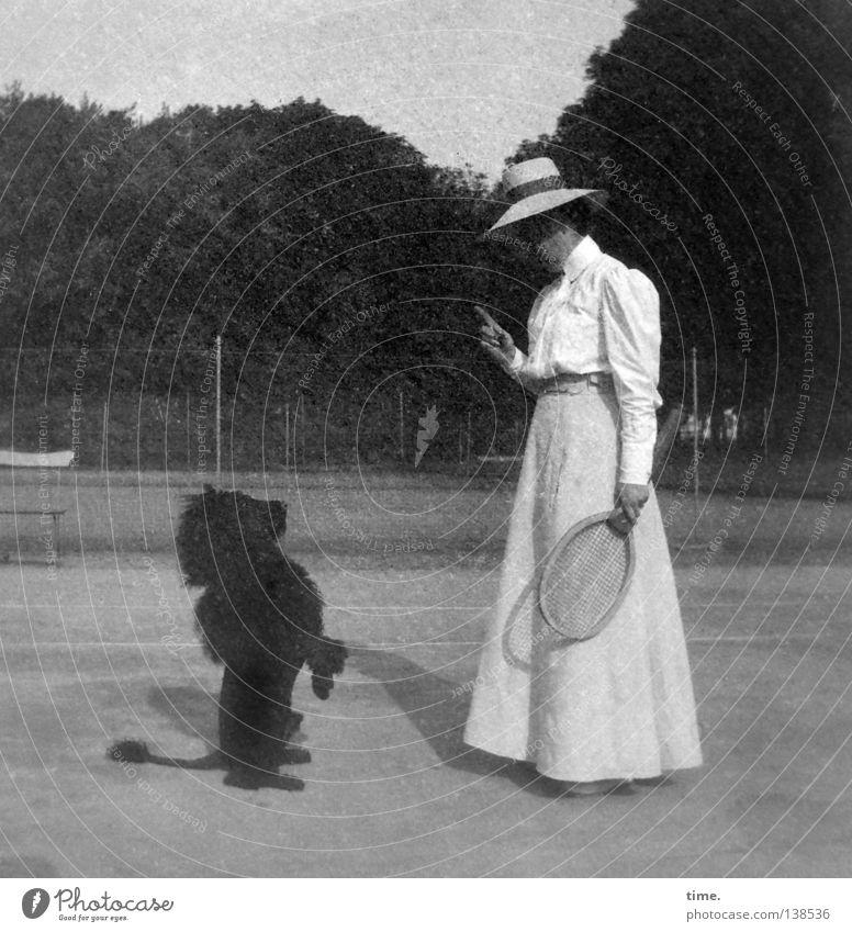 Letzte Ansage Hund Mensch Frau Ferien & Urlaub & Reisen Erwachsene feminin Mode Kraft stehen Bekleidung Macht historisch Zaun Hut Kontrolle skurril