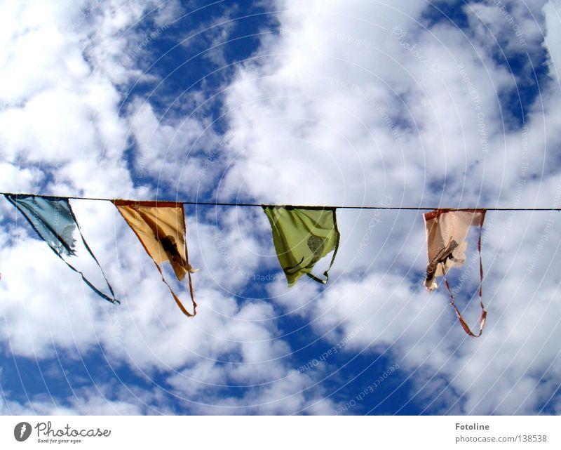 Wimpel an einer Leine vor blauem Himmel mit vielen dicken Wolken Farbfoto mehrfarbig Außenaufnahme Menschenleer Textfreiraum oben Textfreiraum unten Tag