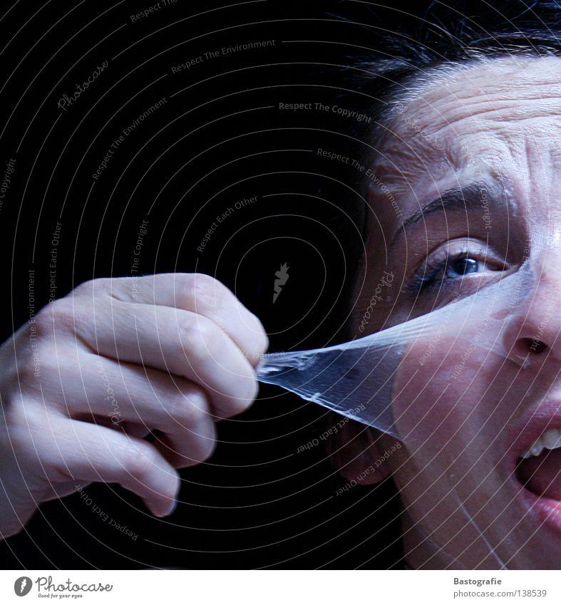 entpuppt Schrecken gruselig Panik Angst schreien laut dunkel kalt gefangen Ausbruch eingeschlossen Wahrheit Verzweiflung Gefühle Wut Ärger Kosmetik Körperpflege