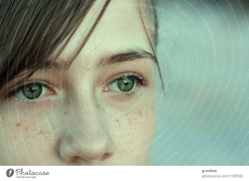 the beauty of it Frau Jugendliche grün ruhig Gesicht Erwachsene Konzentration 13-18 Jahre Sommersprossen Junge Frau ernst Augenbraue Bildausschnitt Anschnitt