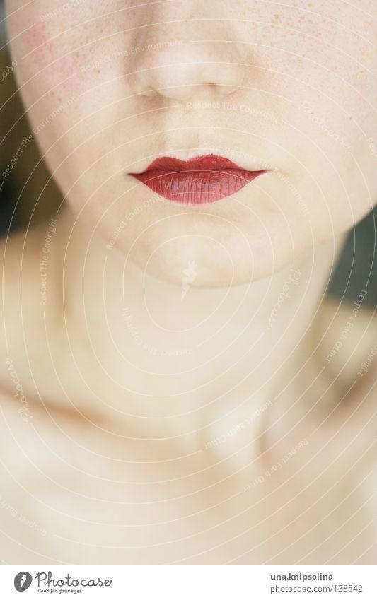 .bouche schön Schminke Lippenstift Frau Erwachsene Nase Mund rot Farbe Hals verführerisch Detailaufnahme Textfreiraum unten Dekolleté Haut