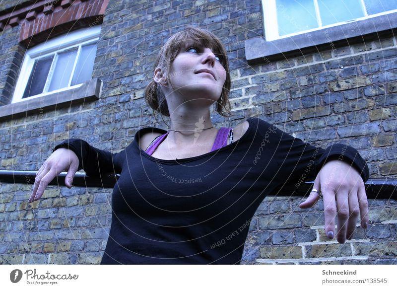 na kleiner.... Frau Hand Ferien & Urlaub & Reisen schwarz Haus Fenster Mauer groß Finger violett Backstein Top London Pullover Geländer Hals