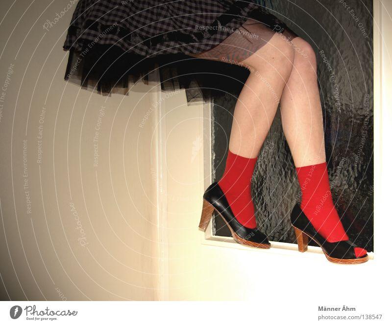 Balanceakt. Frau rot Haus Farbe Schuhe Beine Zufriedenheit Wohnung Glas Tür Bekleidung Kleid Rockmusik Loch Strümpfe Flur