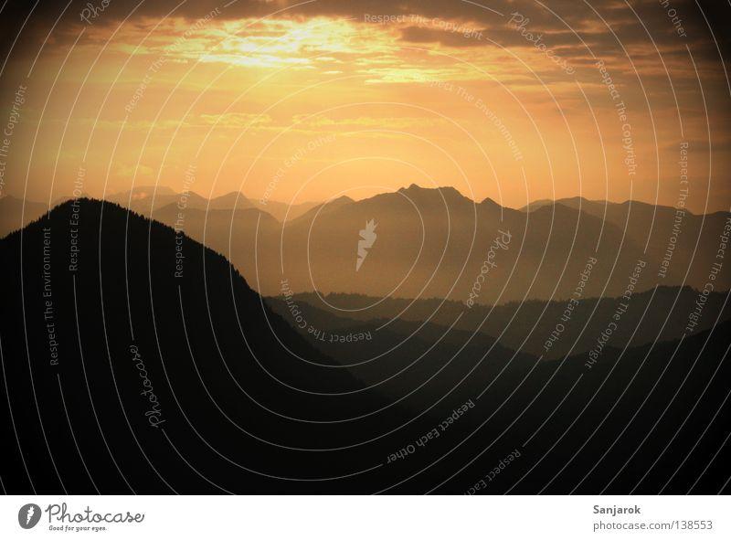 Sonnenuntergang Himmel Sonne Freude ruhig Wolken Berge u. Gebirge träumen Beleuchtung Nebel Horizont hoch Frieden himmlisch abgelegen Siesta Bergkette