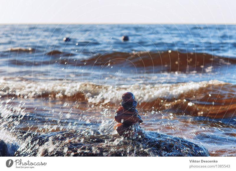 Spritzer von Meereswellen der Ostsee auf einer Pyramide von Steinen Himmel Natur blau Sommer weiß Erholung Strand Küste Glück klein Menschengruppe Sand Horizont