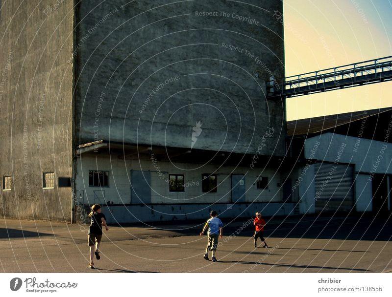 Schöner Wohnen Kind Haus kalt Spielen Fenster grau Architektur Tür laufen Beton Fassade Industrie Industriefotografie Hafen Häusliches Leben