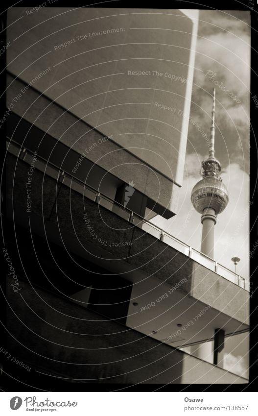 AnaLogEX Alexanderplatz Wahrzeichen Sightseeing Wolken Gebäude Bauwerk Haus Plattenbau Mitte Wand Beton Balkon analog Denkmal Berlin Berliner Fernsehturm Turm