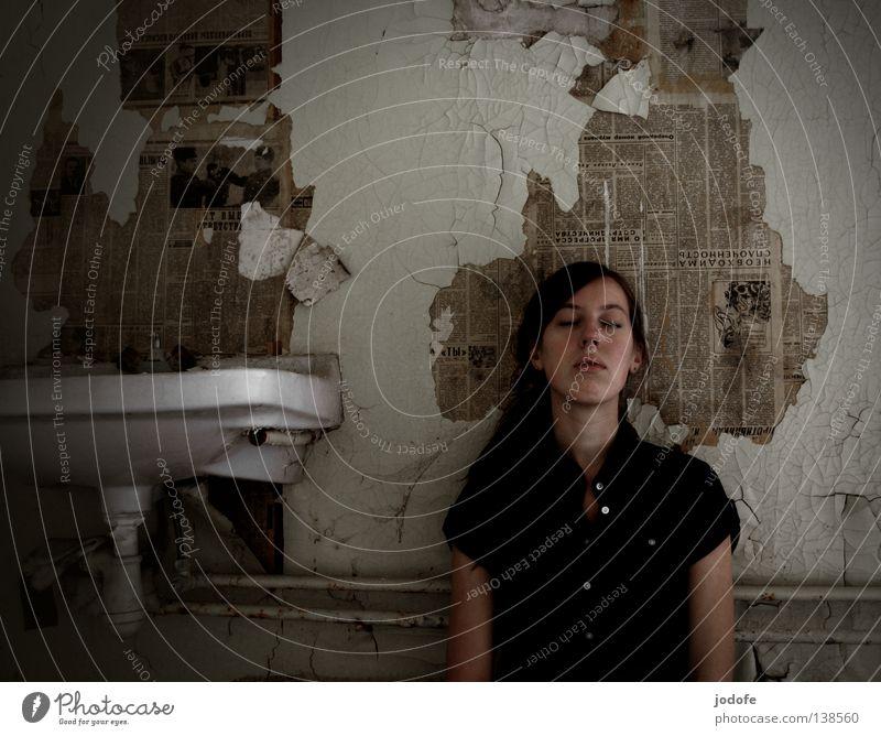 the sound of silence Frau Mensch Jugendliche alt ruhig Einsamkeit Gesicht Erholung dunkel feminin Wand Haare & Frisuren träumen Traurigkeit hell Zufriedenheit