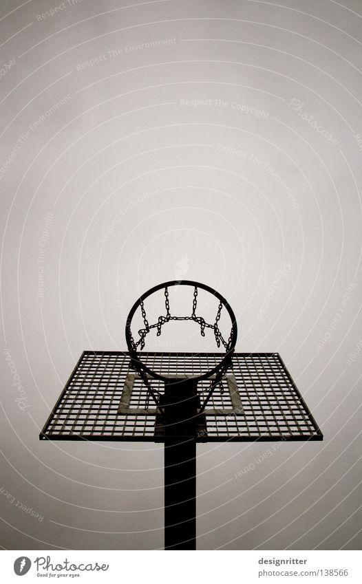 entscheidender Moment Spielen Korb Treffer 2 zielen springen Elendsviertel Vorstadt Wohngebiet Spielplatz fordern Erreichen Überfordern Müdigkeit Sport