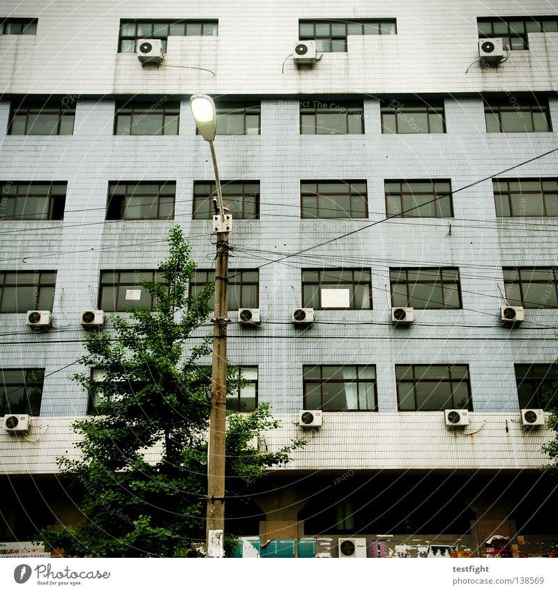 schöner wohnen Fassade Haus Wand Licht Lampe Klima Klimaanlage Kühlung Coolness Sommer Fenster Häusliches Leben Architektur Altbau Beton Lichterscheinung