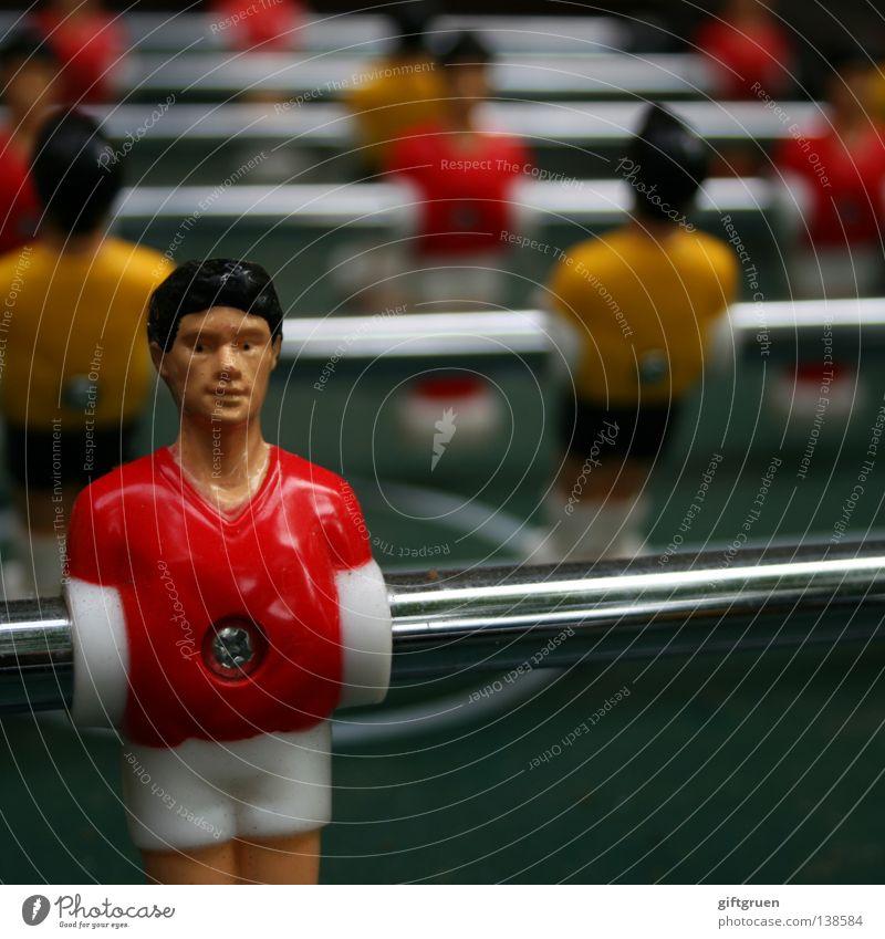 sommermärchen revisited? Tischfußball Trikot Anordnung Spielfeld Stab Spielen Farbfoto Schwache Tiefenschärfe Kreuzschlitzschraube festgeschraubt rot gelb