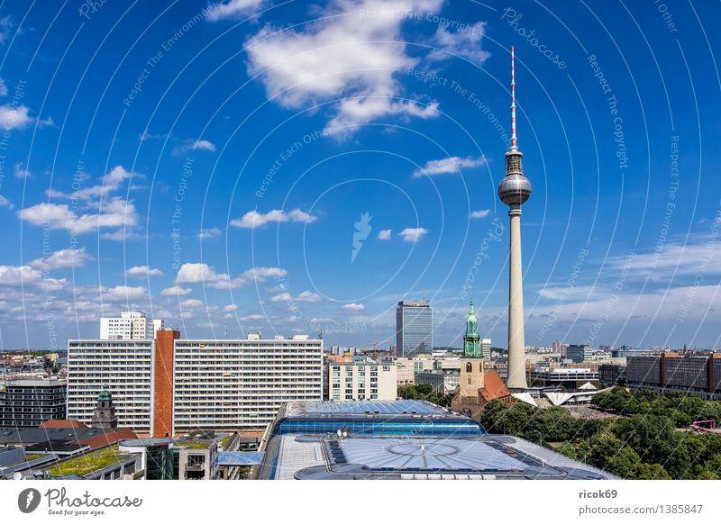 Berlin Ferien & Urlaub & Reisen Tourismus Haus Wolken Baum Stadt Hauptstadt Stadtzentrum Bauwerk Gebäude Architektur Sehenswürdigkeit Wahrzeichen blau grün