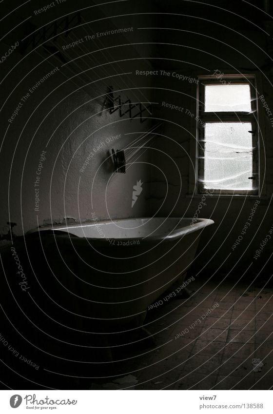 Badezimmer alt weiß schwarz dunkel Fenster Holz Traurigkeit Stimmung Raum Hintergrundbild Zeit trist Bodenbelag Sauberkeit verfallen