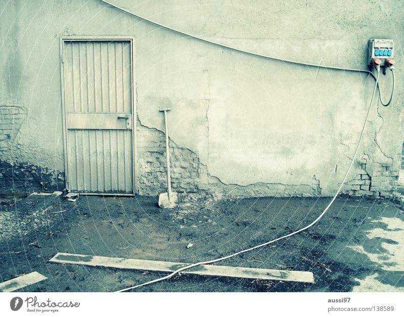 Take 5 grün Haus Einsamkeit Tür geschlossen Industrie Pause Werkstatt Eingang Lagerhalle urinieren Schaufel Fabrikhalle Gewerbegebiet verbarrikadiert