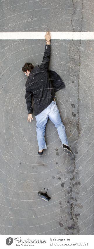 cliffhanger hängen retten fallen Schuhe Mann Verkehr Wand Straßenkunst verlieren tief Freude Verkehrswege Sturz Mensch Klettern Berge u. Gebirge fliegen lustig