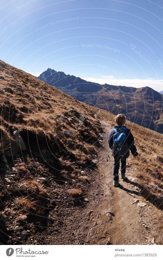 wandern Mensch Kind Himmel Natur Ferien & Urlaub & Reisen Pflanze Sonne Landschaft Wolken Tier Berge u. Gebirge Umwelt Herbst Gras Junge Freiheit