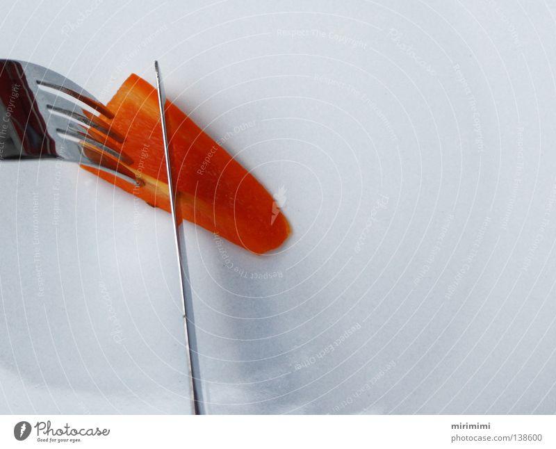 Sparmenü weiß Essen orange Ernährung Teller Messer Gabel Paprika Besteck