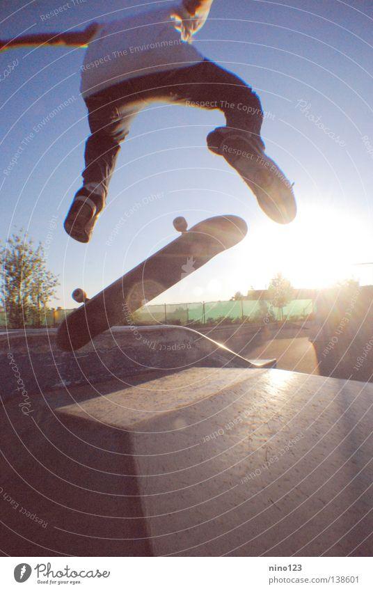 Flippers Mann schön Sonne blau Straße Sport Spielen Coolness einfach Freizeit & Hobby Skateboarding Salto Trick Funsport Kickflip
