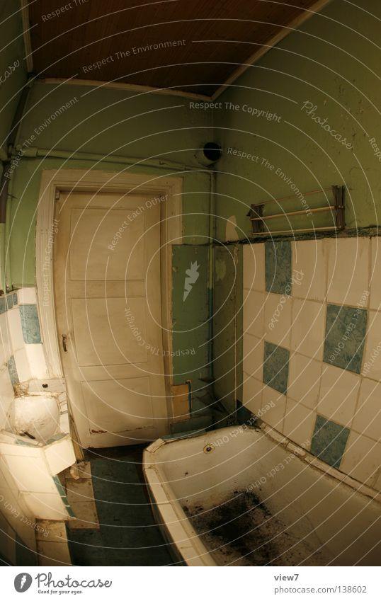 Ausgangstür Bad schließen Zeit vergessen Handtuch Wäschetrockner Gitter Fenster Lichteinfall dunkel Stimmung trist Holz Sanieren eng Gußeisen Eisen schwer