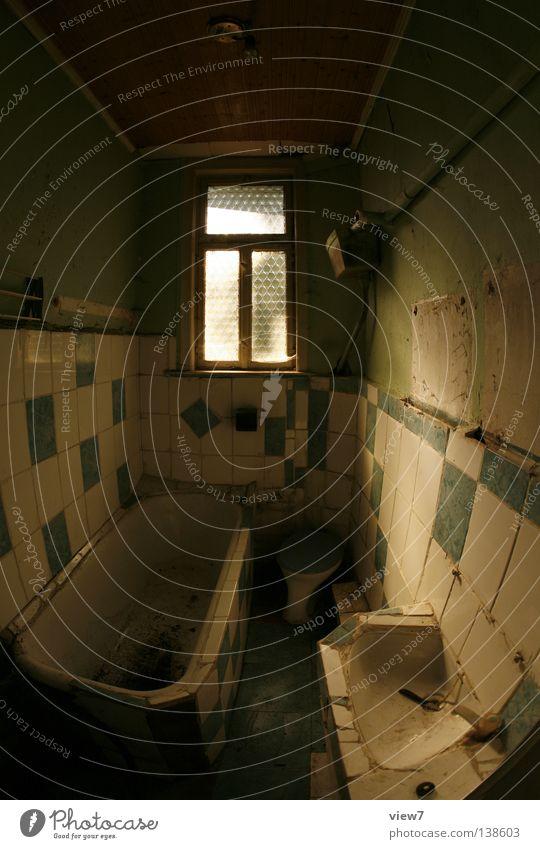 Badewanne schließen Zeit vergessen Handtuch Wäschetrockner Gitter Fenster Licht Lichteinfall dunkel Stimmung trist Holz Sanieren eng Gußeisen Eisen schwer