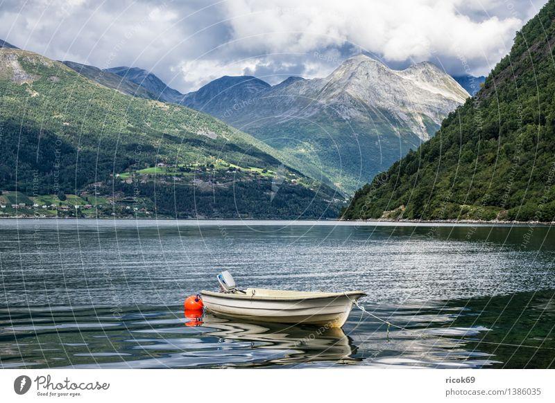 Boot am Storfjord Erholung Ferien & Urlaub & Reisen Berge u. Gebirge Natur Landschaft Wasser Wolken Fjord Motorboot Wasserfahrzeug Idylle Tourismus Norwegen
