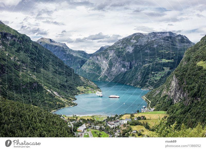 Blick auf den Geirangerfjord Erholung Ferien & Urlaub & Reisen Berge u. Gebirge Natur Landschaft Wasser Wolken Fjord Idylle Tourismus Norwegen Kreuzfahrschiffe