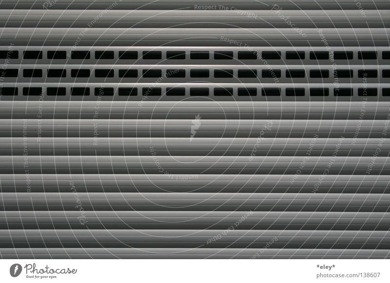 knock knock Tor Garagentor Tür silber grau schwarz weiß glänzend Reflexion & Spiegelung Linie Streifen Metall Aluminium Schatten Wand Motorsport