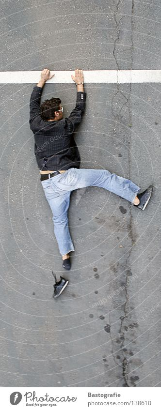 cliffhanger - ich rette mich Mensch Mann Freude Straße Leben Wand oben Berge u. Gebirge Schuhe lustig fliegen Verkehr hoch Perspektive Niveau Klettern