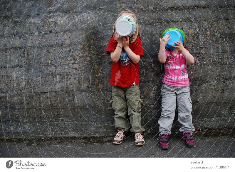 ausserirdisch Kind Mädchen Spielen Kessel Performance Wand Beton grau stehen verdeckt Mauer Tochter rot rosa weiß außerirdisch 2 Zusammensein Präsentation